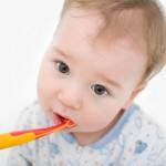 Baby beim Zähne putzen