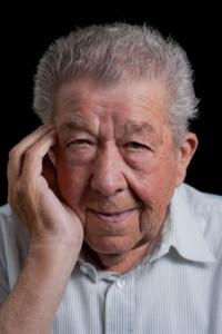 Senior hält sich die Wange vor Zahnschmerzen