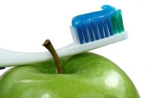 Blaue Zahnbürste auf Apfel