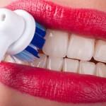 Elektrische Zahnbürste auf den Schneidezähnen