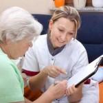 Pflegedienst mit alter Frau